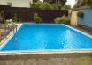 Ein rechteckiges Schwimmbecken.