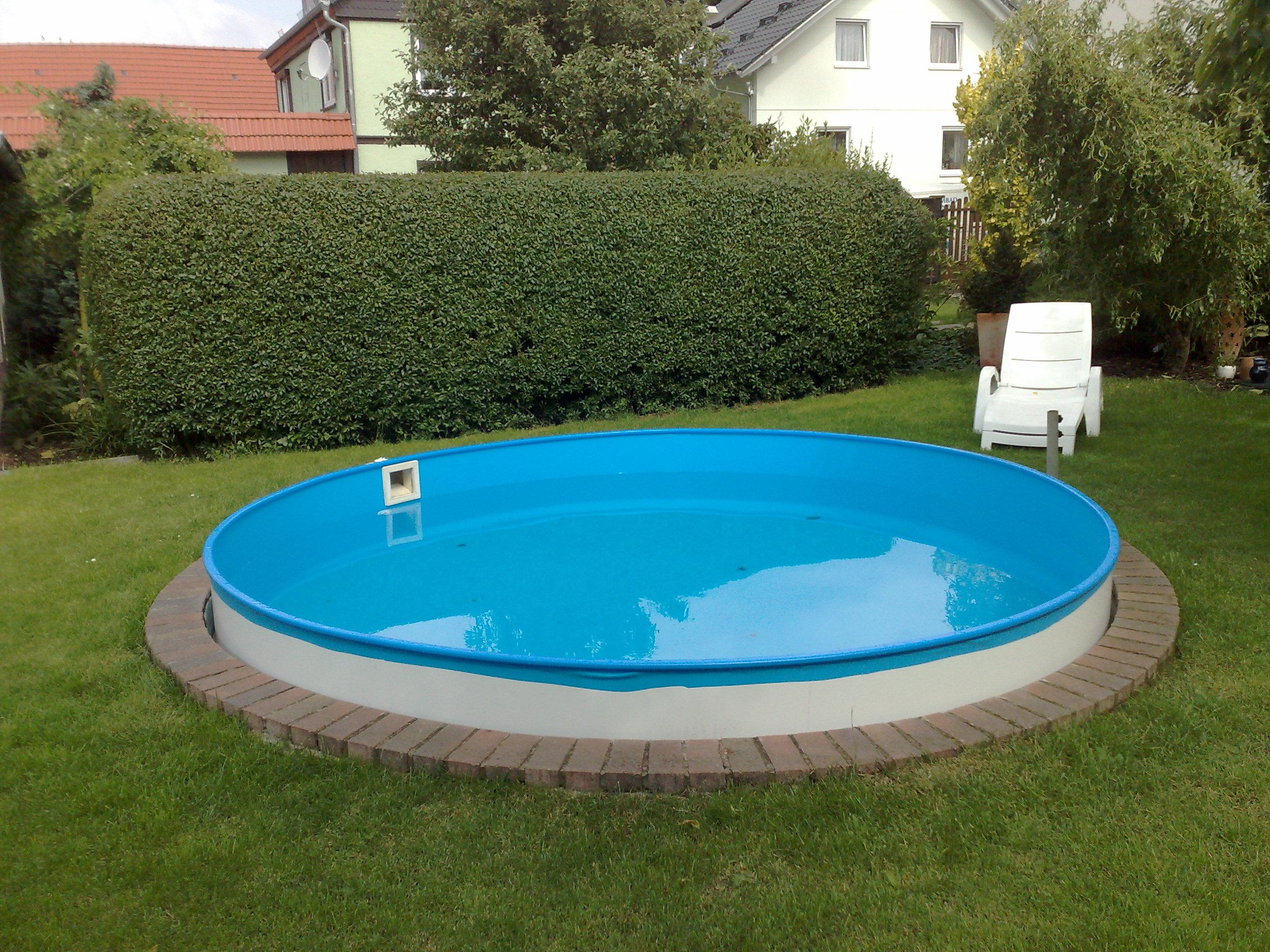 Elegant Ein Rundes Schwimmbecken.